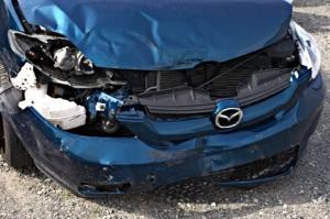事故で壊れた車のイメージ写真(筆者とは無関係)
