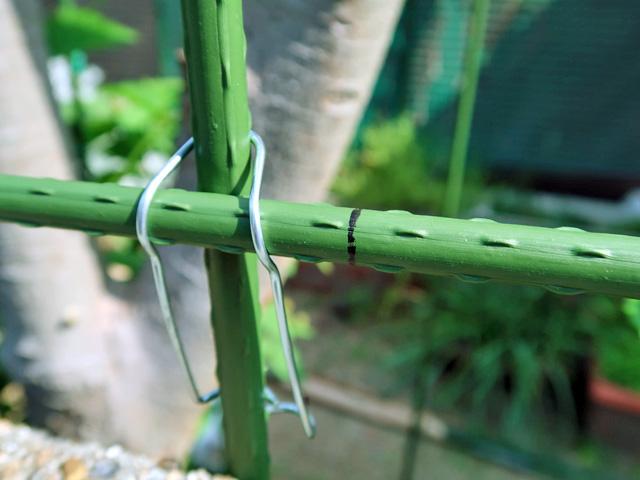 園芸支柱に切断する目印を付けた様子