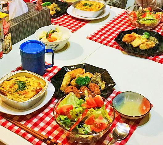 食卓にラザニアと他の料理が並べられた様子