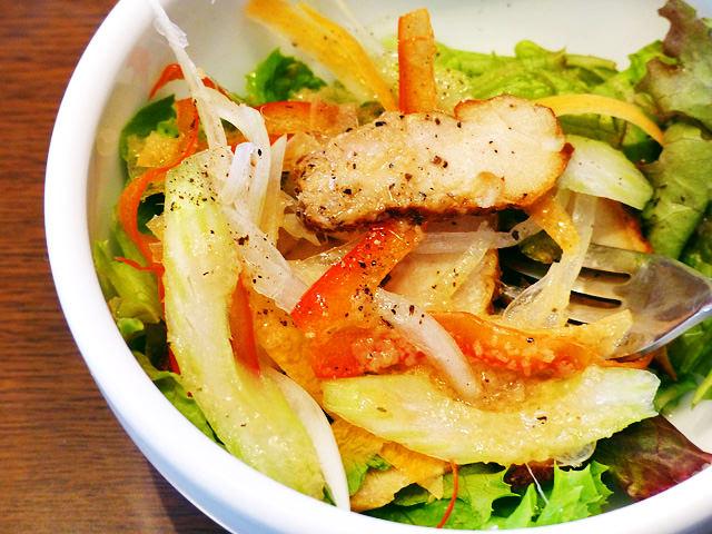 スモークチキンが乗ったサラダの写真