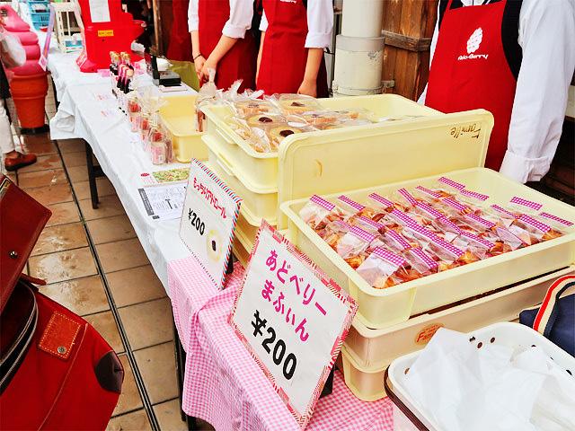 アドベリーを使った様々なお菓子・飲み物などが販売されている様子