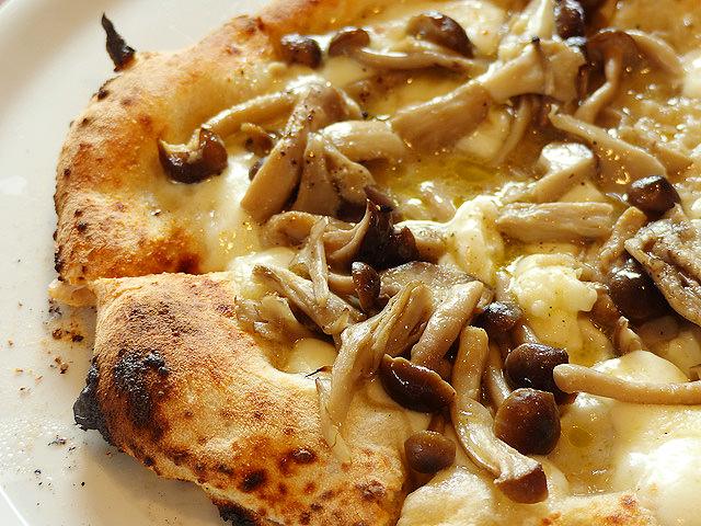 「石窯ピザ丸」のピザ「フンギ」の写真