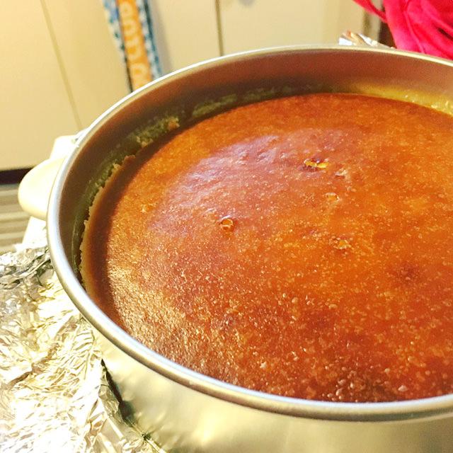 焼きあがったニューヨークチーズケーキの写真