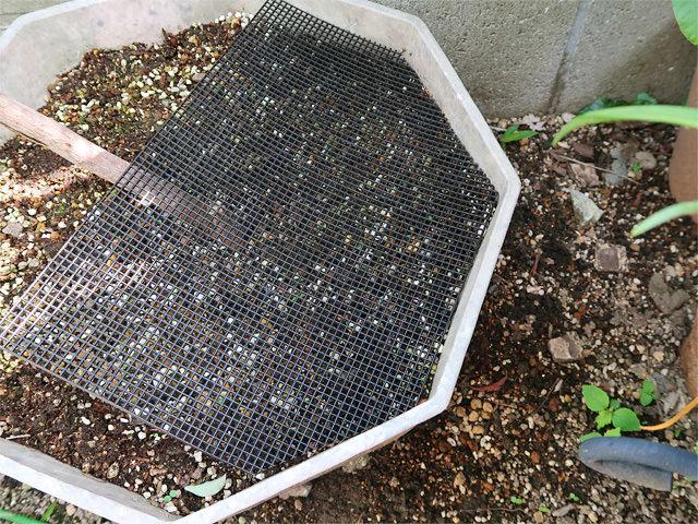 植木鉢に合わせてカットされた鉢底ネット