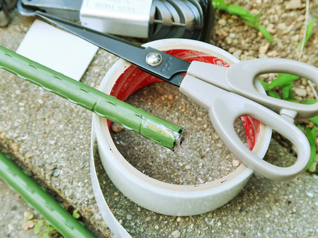 園芸支柱の切断面をテープで巻いた様子