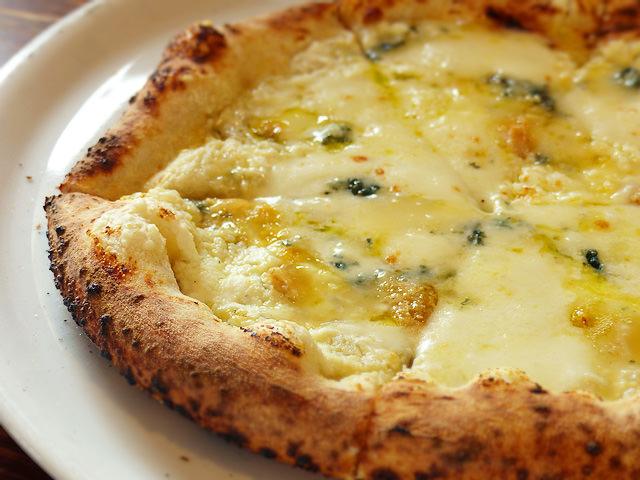 「石窯ピザ丸」のピザ「クアトロフォルマッジ」の写真