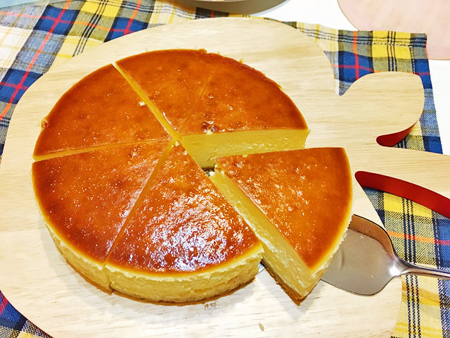 ニューヨークチーズケーキを切り分ける様子
