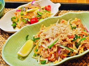 タイの焼きそば「パッタイ」と「春雨サラダ」の写真