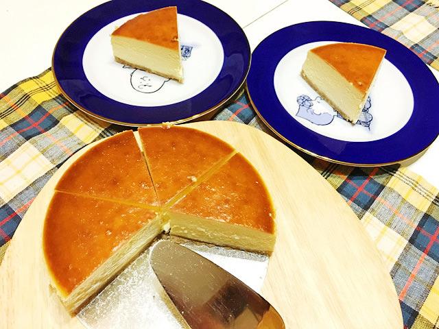 ニューヨークチーズケーキをお皿に取り分ける様子