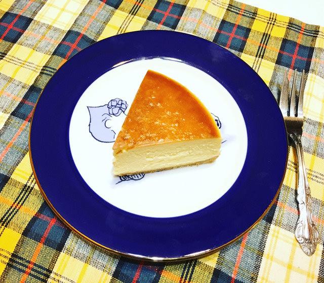 お皿に乗ったニューヨークチーズケーキの写真