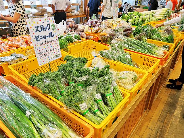 「道の駅藤樹の里あどがわ」でたくさんの野菜が販売されている様子
