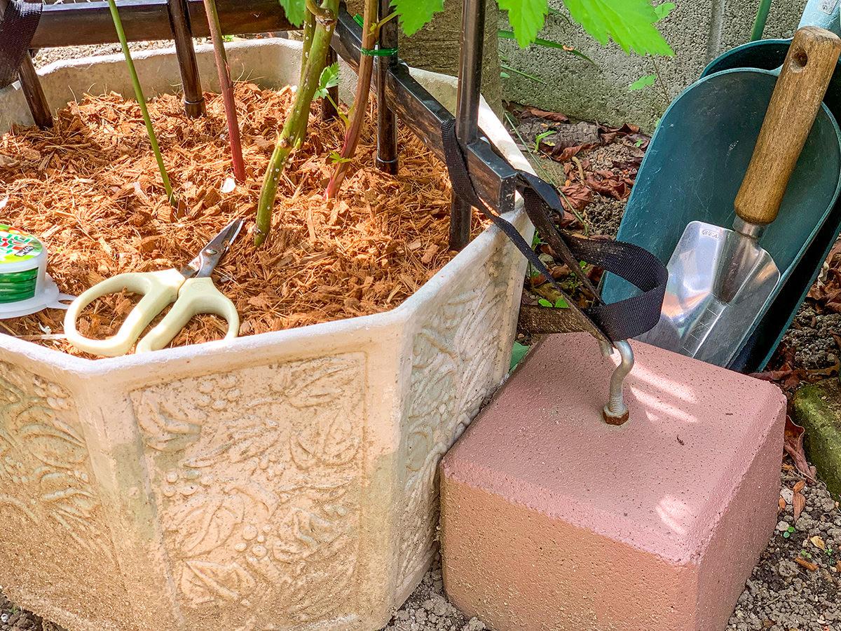 重りで支柱・植木鉢を固定している様子
